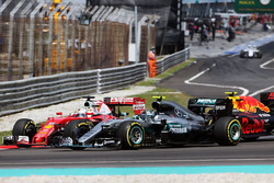 Sebastian Vettel, Ferrari SF16-H, Nico Rosberg, Mercedes AMG F1 W07 Hybrid, en Max Verstappen, Red Bull Racing RB12 maken contact bij de start