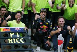Даниэль Риккардо, Red Bull Racing, победитель; Макс Ферстаппен, Red Bull Racing, второе место; спортивный консультант Red Bull доктор Хельмут Марко, руководитель Red Bull Racing Кристиан Хорнер в окружении команды