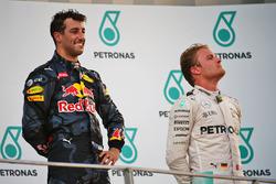 Слева направо: Победитель Даниэль Риккардо, Red Bull Racing, и Нико Росберг, Mercedes AMG F1, третье место
