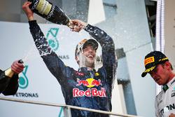 Даниэль Риккардо, Red Bull Racing, победитель; Нико Росберг, Mercedes AMG F1, третье место