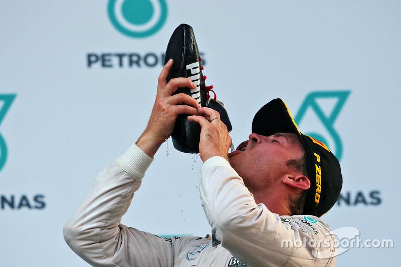 Nico Rosberg, Mercedes AMG F1 bebe de la bota de Daniel Ricciardo, Red Bull Racing en el podium
