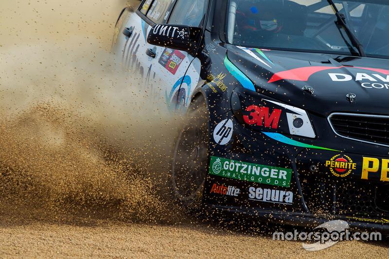 4. Shae Davies, Chris Van Der Drift, Erebus Motorsport Holden se despista