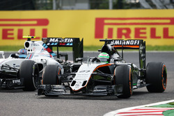 Nico Hulkenberg, Sahara Force India F1 VJM09 y Valtteri Bottas, Williams FW38 luchan por la posición
