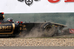 Nick Heidfeld, Lotus Renault F1 Team goes off the track