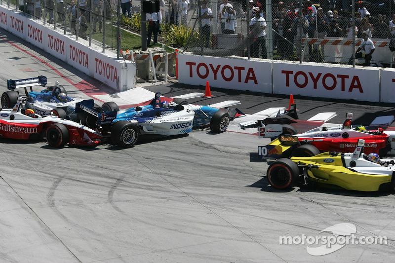 Départ: Paul Tracy perd le contrôle de sa voiture et heurte Oriol Servia