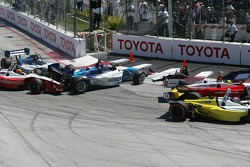 Start: Paul Tracy spins out of control and is hit by Oriol Servia