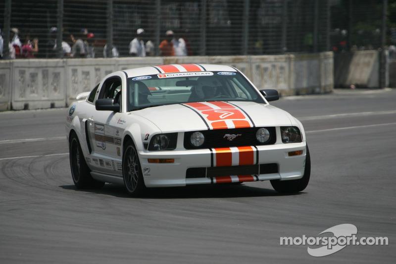 Une voiture de chauffe Ford Mustang