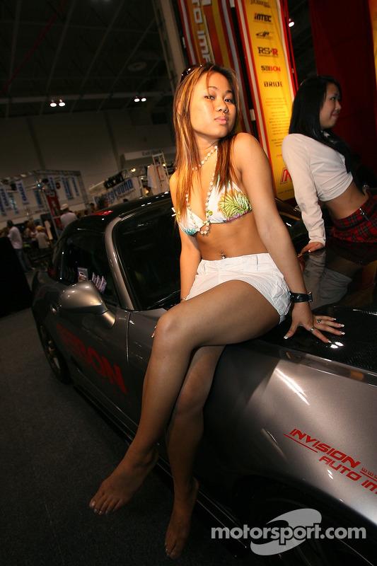 Grand Prix de l'Expo Auto de Toronto : une jolie hôtesse