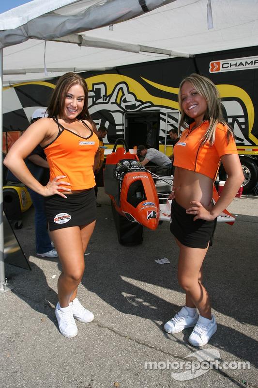 De jolies jeunes femmes de Champ Car