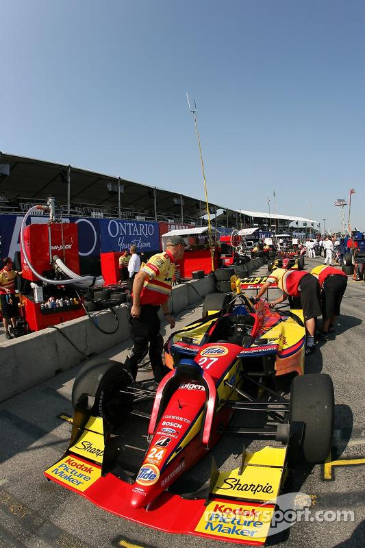 Des membres de l'équipe Conquest Racing au travail