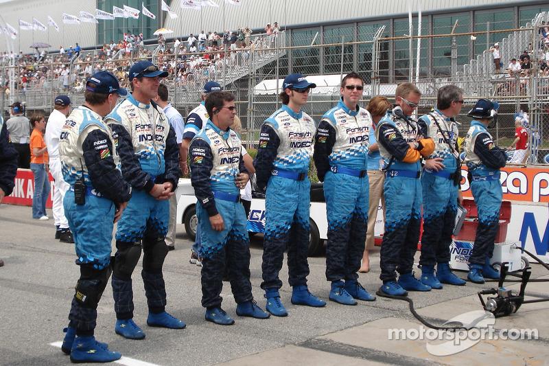 Des membres de l'équipe Forsythe Racing en formation