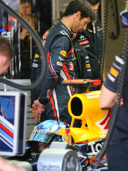 Mark Webber, Red Bull Racing looking at the car of Sebastian Vettel, Red Bull Racing