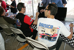 Séance d'autographes : Sam Hornish Jr. et Helio Castroneves