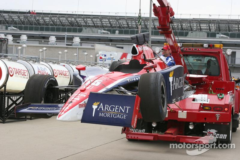 La voiture endommagée de Buddy Rice retourne dans le garage