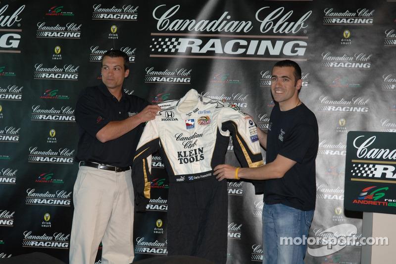 Dario Franchitti, à droite, montre la combinaison du Canadian Club-Klein Tools qui sera portée au 90e Indianapolis 500