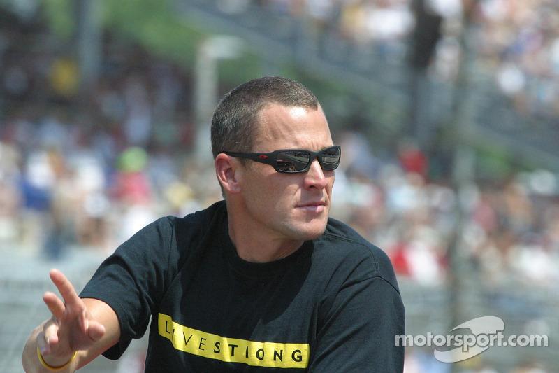 Lance Armstrong, pilote de la voiture de chauffe