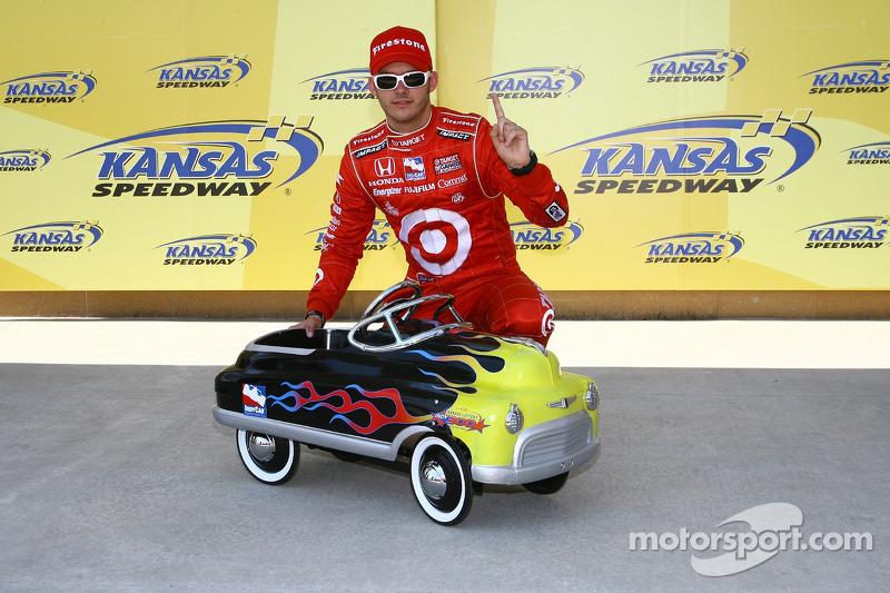 Le vainqueur de la pole position Dan Wheldon avec son prix