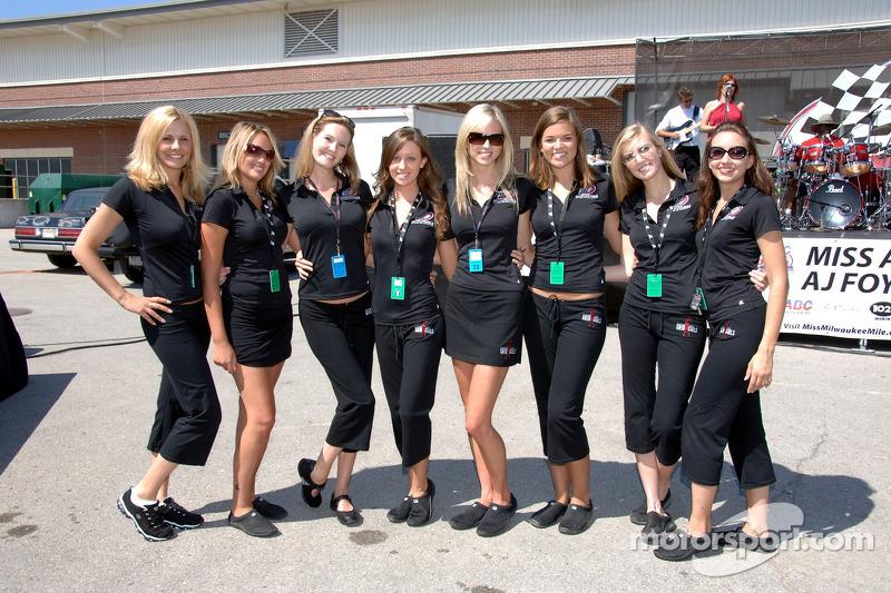 Des jeunes femmes de grille du Milwaukee Mile