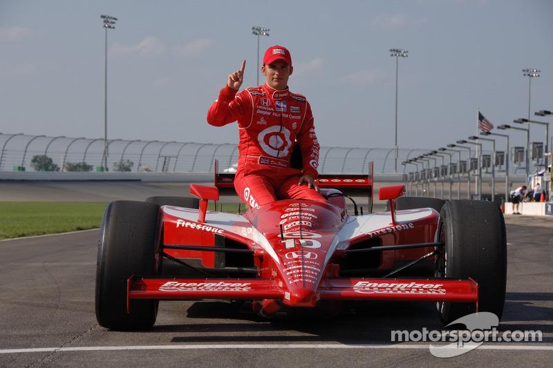 Le vainqueur de la pole position Dan Wheldon fait la fête