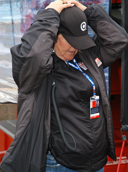Mother of Scott Dixon can't bear to watch