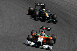 Адриан Сутиль, Force India F1 Team едет впереди Хейкки Ковалайнена, Team Lotus