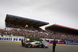 #2 Audi Sport Team Joest Audi R18 TDI: Marcel Fässler, André Lotterer, Benoit Tréluyer prende la bandiera a scacchi