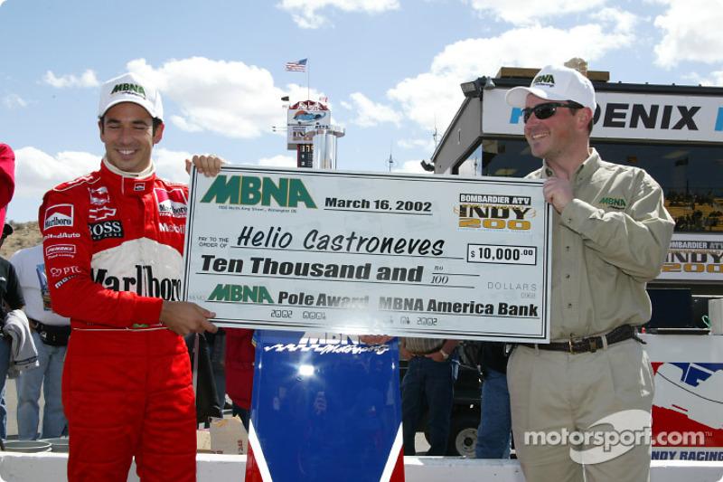 Helio Castroneves reçoit le trophée MBNA de la pole position