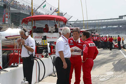 Roger Penske discusses with Gil de Ferran and Helio Castroneves
