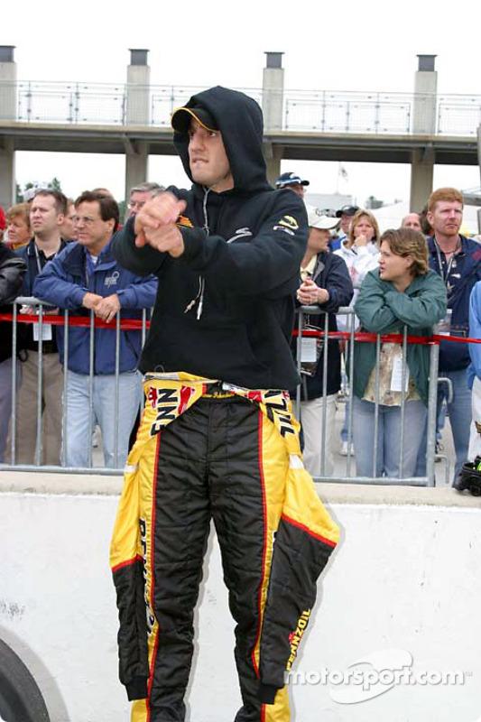Tomas Scheckter essaie de rester au chaud