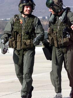 Patrick Carpentier discute avec le capitaine Aaron Marx après leur mission à bord de l'hélicoptère cobra