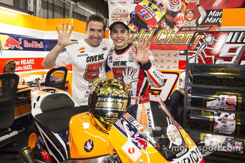 Переможець гонки Марк Маркес, Repsol Honda Team зі своїм батьком