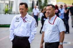 Хироши Ясукава, советник Dorna Sports (слева)