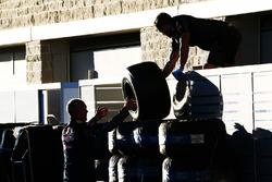 Des mécaniciens de Red Bull Racing s'occupent des pneus Pirelli