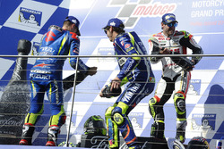 Podium: ganador, Cal Crutchlow, Team LCR Honda, segundo, Valentino Rossi, Yamaha Factory Racing, tercero, Maverick Viñales, Team Suzuki Ecstar MotoGP