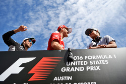 Sergio Perez, Sahara Force India F1 mit Sebastian Vettel, Ferrari und Pascal Wehrlein, Manor Racing bei der Faherparade