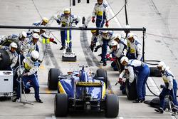 Felipe Nasr, Sauber F1 Team C35 pitstop