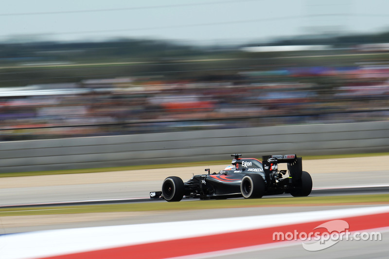 """Alonso continuava mostrando sua insatisfação pelo rádio, como fez no GP dos Estados Unidos: """"Estamos atrás das Renault, levando volta... Que desastre, que desastre."""""""