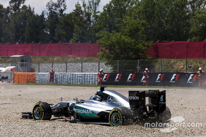Nico Rosberg, Mercedes AMG F1 W07 Hybrid viene a un alto después de un primer choque de vuelta con Lewis Hamilton, Mercedes AMG F1 W07 Hybrid