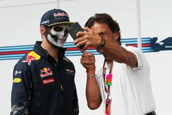 Макс Ферстаппен, Red Bull Racing, и Жан-Мишель Тиби, телеоператор FOM