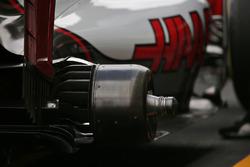 Haas VF-16 brak and wheel hub