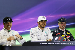 Persconferentie: Nico Rosberg, Mercedes AMG F1, tweede; Lewis Hamilton, Mercedes AMG F1, pole-position; Max Verstappen, Red Bull Racing, derde