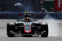 Esteban Gutierrez, Haas F1 Team VF-16 locks up under braking