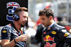 Daniel Ricciardo, Red Bull Racing parle avec son ingénieur de course, Simon Rennie