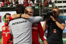 Maurizio Arrivabene, director del equipo Ferrari celebra en el podio con Toto Wolff, Mercedes AMG F1 accionista y Director Ejecutivo