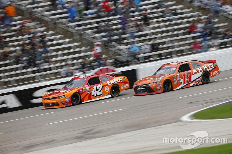Kyle Larson, Chip Ganassi Racing Chevrolet, Daniel Suarez, Joe Gibbs Racing Toyota