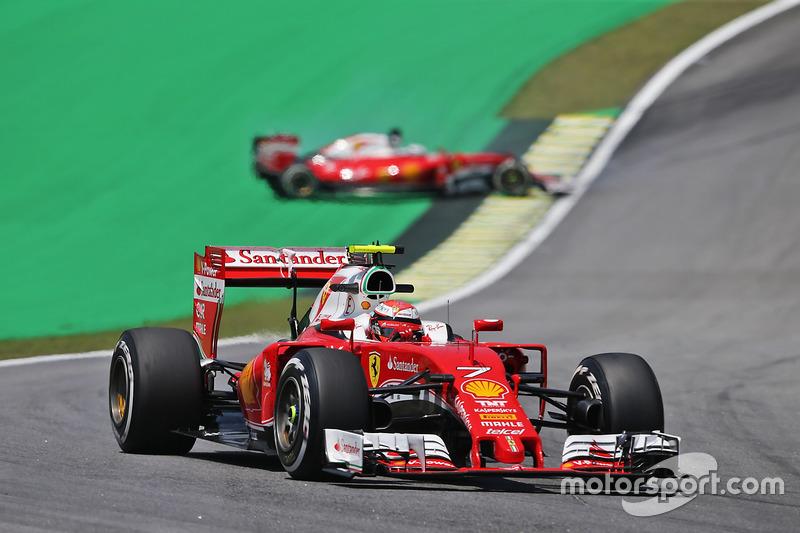 Kimi Raikkonen, Ferrari SF16-H alors que son équipier Sebastian Vettel est en tête-à-queue