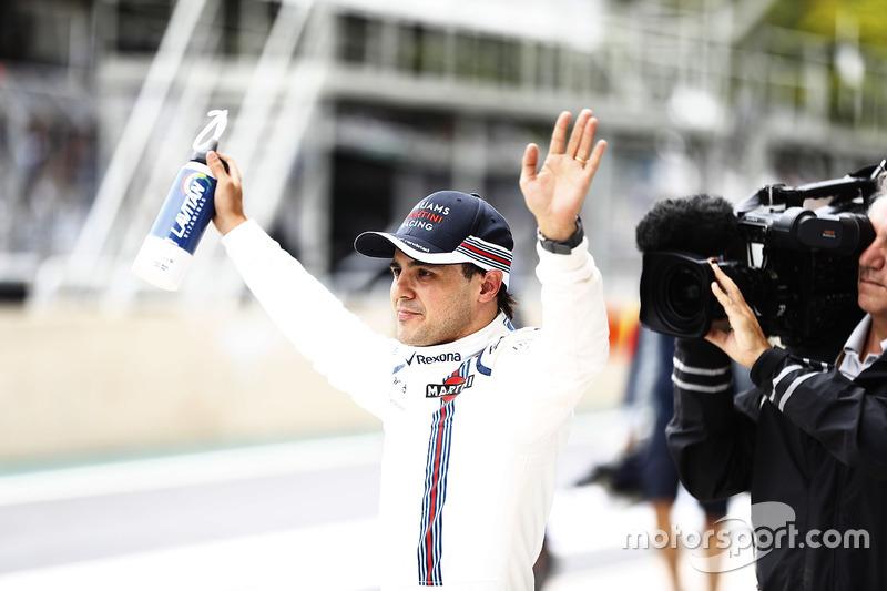 Фелипе Масса приветствует болельщиков перед гонкой