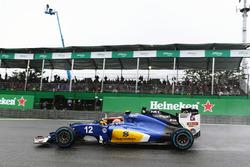 Борьба за позицию: Фелипе Наср, Sauber C35, и Нико Хюлькенберг, Sahara Force India F1 VJM09