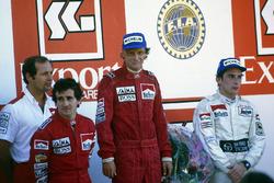 Podium : le second Alain Prost, McLaren MP4/2-TAG Porsche, le vainqueur et champion du monde Niki Lauda, McLaren MP4/2-TAG Porsche, et le troisième Ayrton Senna, Toleman TG184-Hart, accompagnés par Ron Dennis, directeur McLaren