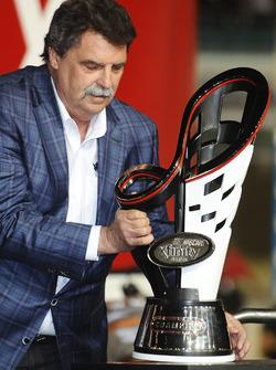 NASCAR direktörü Mike Helton ve Xfinity Series şampiyonluk kupası